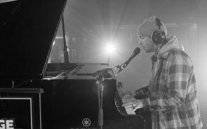 Tyler Joseph tocando una emocional versión de 'Neon Gravestones' de…